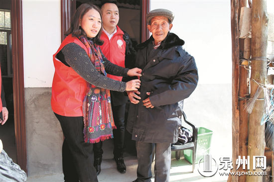 东南公益工作人员为苏开国老人试穿棉衣