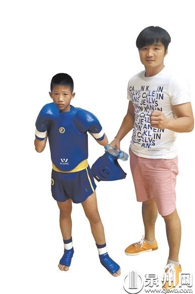 黄家骏小时候(左)与启蒙教练朱斌强的合影