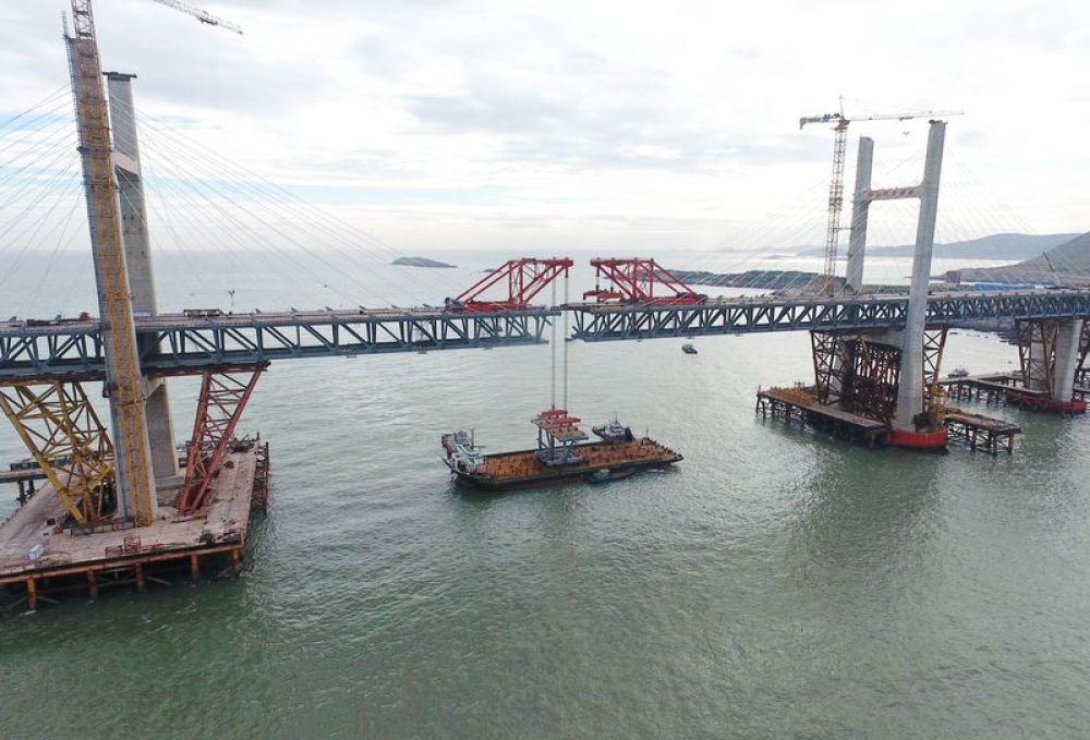 中国在大风骇浪中建成世界最长跨海公铁大桥