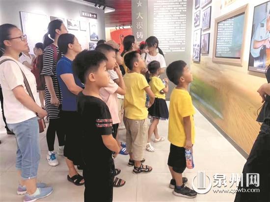 国庆假期第三天:红色景点人潮涌动 重温历史接受洗礼