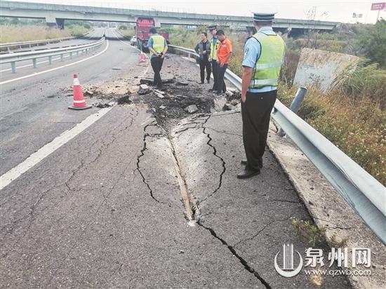 31吨大石!牵引车撞上护栏高速匝道砸了个大坑 所幸无人伤亡