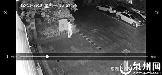 监控拍下白衣男泼机油过程