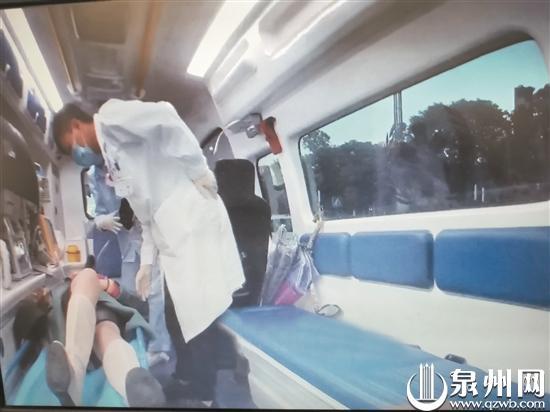 女司机独自驾驶车辆突然犯病 警民联手来救援