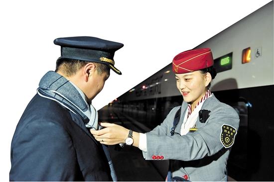 夫妻俩一个是客运值班员一个是列车长 180秒的站台团聚诠释了坚守的幸福