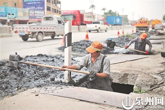 养护人员站在水沟里清理污泥(陈起拓 摄)