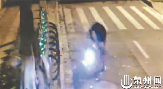 一辆共享电动单车的遭遇:先被人猛烈摔砸 又遭人偷走电池