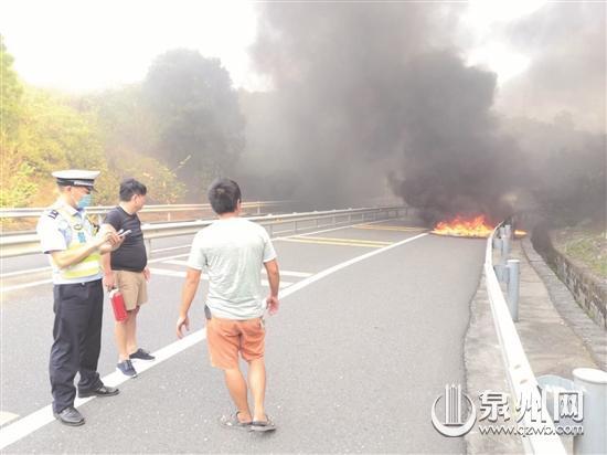 货物在燃烧 货车还在高速上急驰 司机全然不知