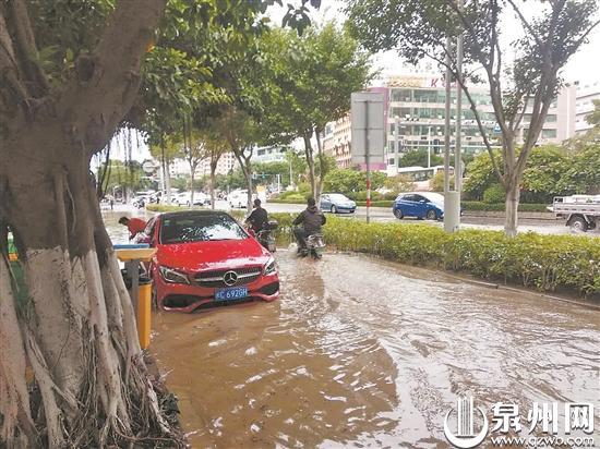 供水主管破裂 通港西街路面被淹 数万用户停水