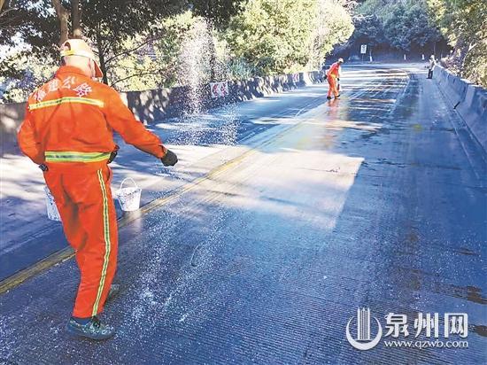 山区公路出现凝冻 公路部门除冰防滑确保安全畅通