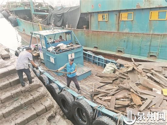 """石狮祥芝国家中心渔港践行""""船舶垃圾不落海"""" 5月份以来已运回近10吨船舶垃圾"""