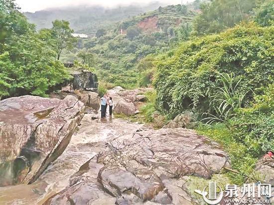 夫妻到南安市翔云镇游玩被困溪中 民警涉险救援