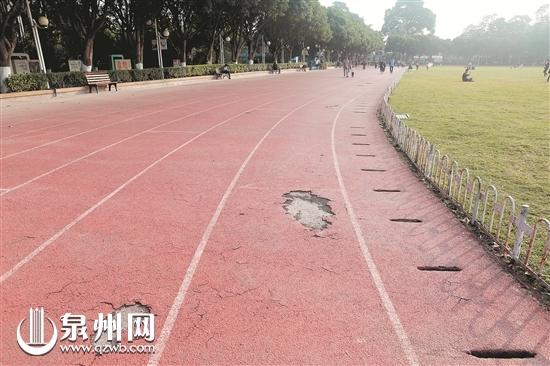 中山公园内橡胶跑道破损
