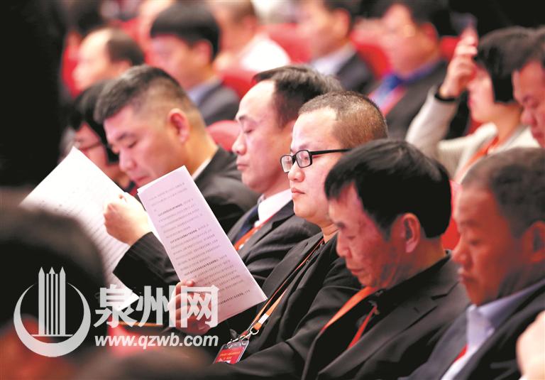 听报告:参加市两会的代表、委员认真听取相关工作报告。