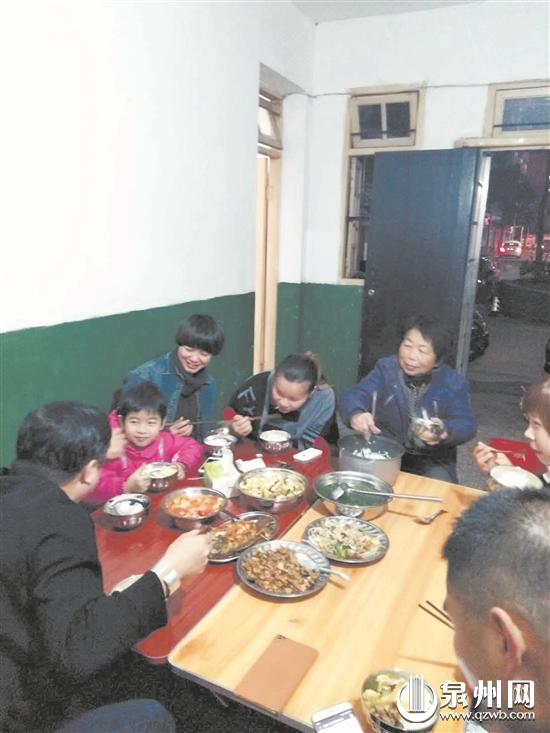 """在永春""""新家"""",热心人士和小冬一家一起吃晚饭。"""