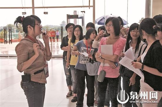 90后微笑志愿者传播公益8年 真情打动香港歌唱家