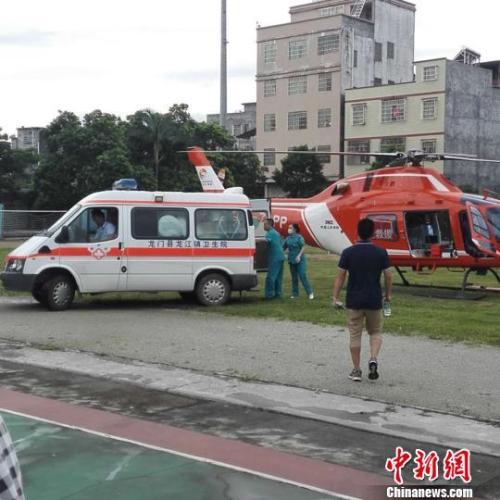 广河高速一载50人左右大巴翻车 死伤人员不详