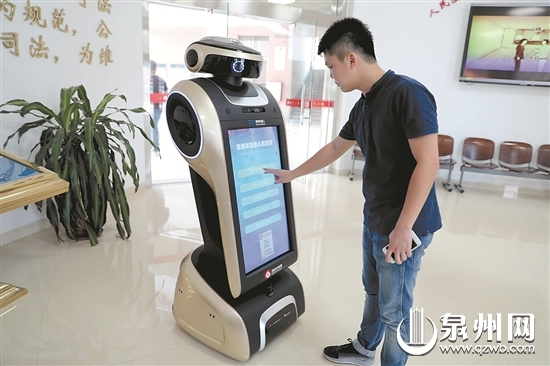 """机器人""""小君""""有问必答,非常智能。"""