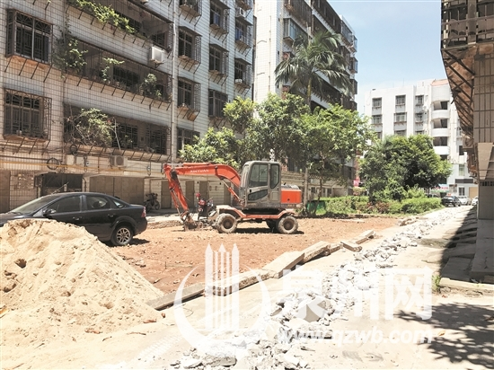中心市区东霞新村小区绿地被挖 居民反应不一