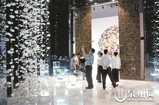 南安英良·五号仓库展示的石文化创意,吸引了不少世界各地的客商前来观光考察。