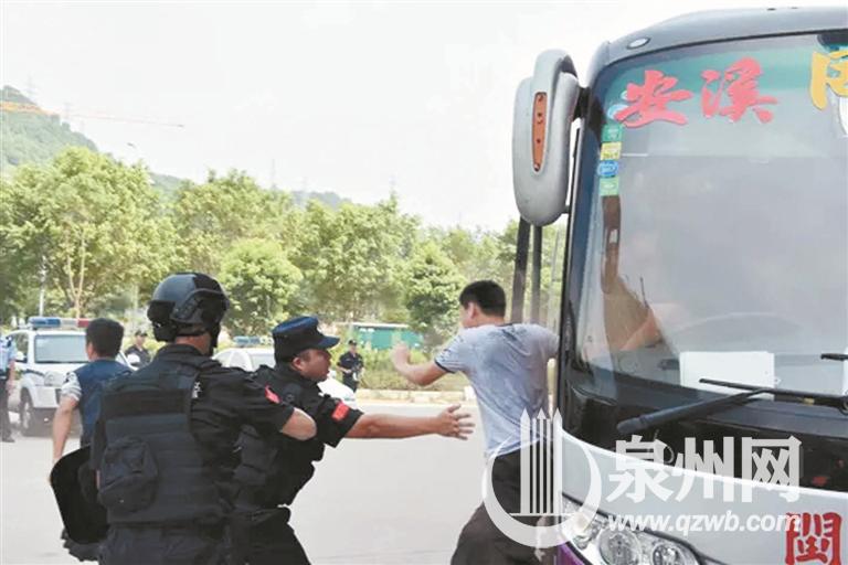 民警破拆客车门窗,协助被困乘客逃离