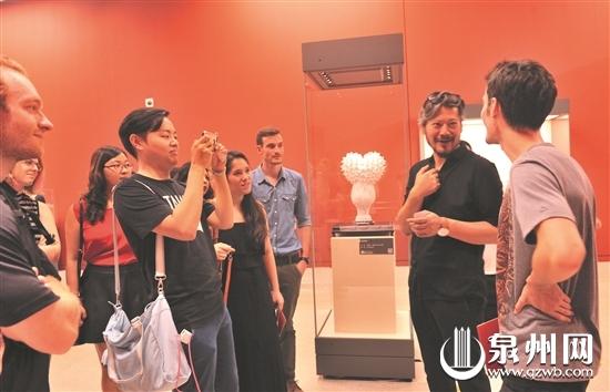 策展人王艺(右二)向观众介绍展览情况