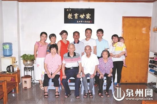 胡家部分人员合影,这其中有10人是教师或退休教师。