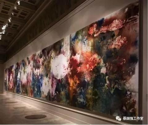 《花园》, 2017。火药、画布,3 x 20 m。普希金国家艺术博物馆展览现场,2017年。金翎摄。