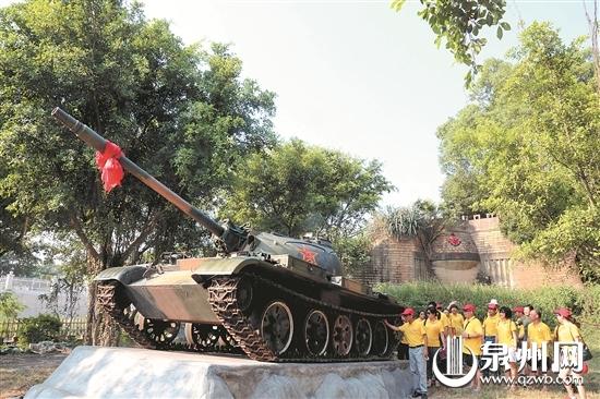 游客在参观位于八二三战地文化公园内的坦克