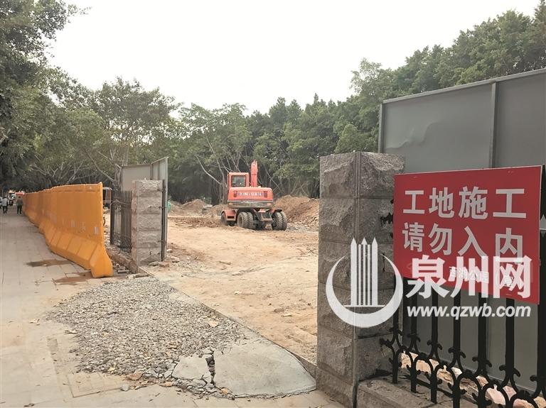 公园正在进行改造施工,预计11月底完工。