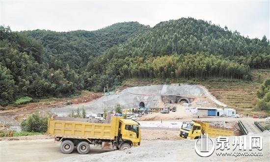 在兴泉铁路戴云山隧道一号出口,工程车往返着运出隧道内清除的石块,加紧推进工程进度。