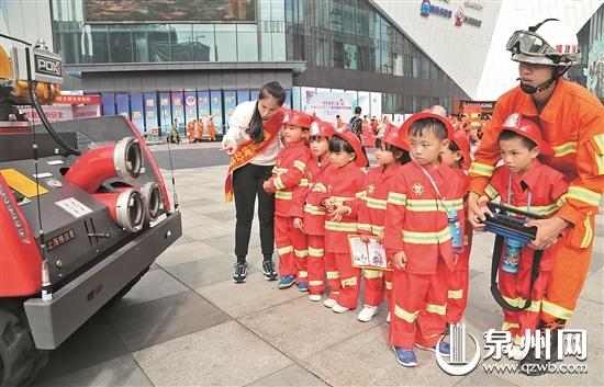小朋友也控制起消防机器人