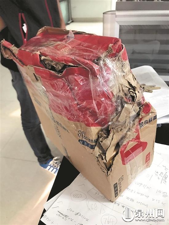 市民收到的包裹因运输原因已破碎不堪。