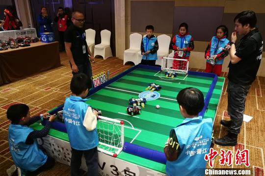 青少年机器人3V3足球赛。 孙虹 摄