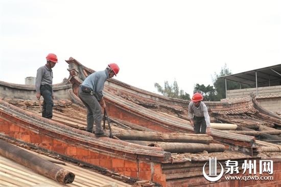 工人在拆除已经腐蚀的木料