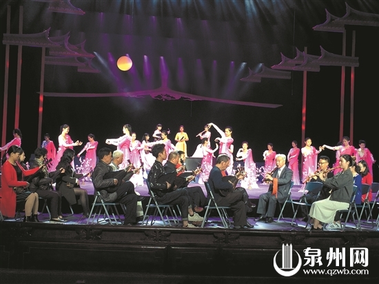 昨晚,前来参加第十二届泉州国际南音大会唱的36个海内外南音社团,在市区梨园古典剧院精心排练开幕式节目。