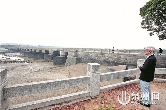 2011年回乡,余光中漫步洛阳古桥,并为洛阳桥赋诗。