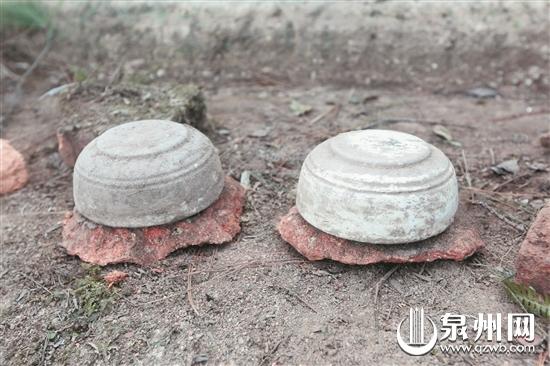 古墓内发现两个白瓷棺垫