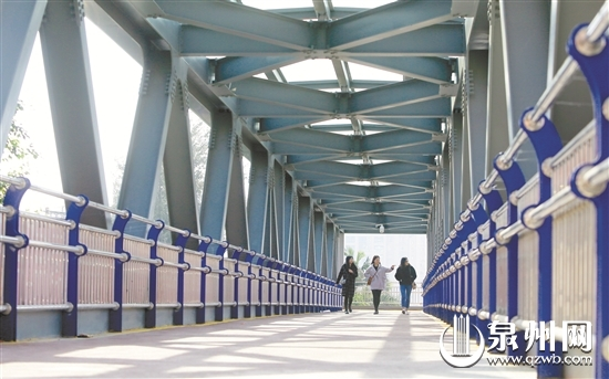 这座钢结构的天桥现代感十足