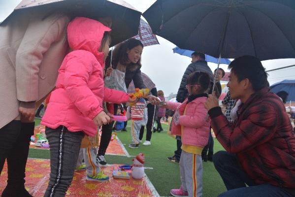 泉州:幼儿园爱心义卖玩具献爱心