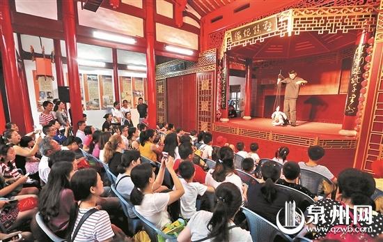 """去年""""六一""""期间,孩子们在""""古城的童年""""系列活动上领略最闽南文化。"""