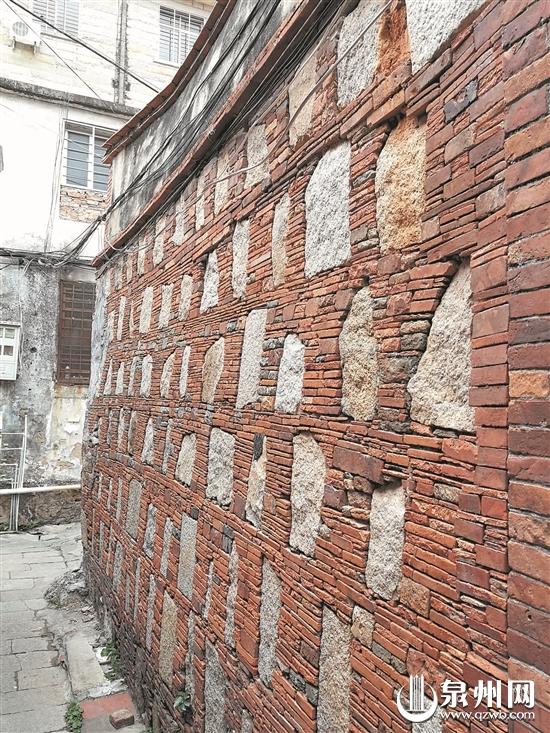 老范志大厝墙面上,保存完好的出砖入石。 (陈英杰 摄)