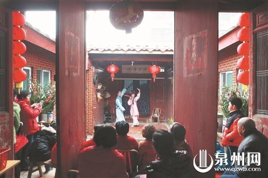在老范志大厝的小院看戏,古早的时光又回来了。(潘登 摄)
