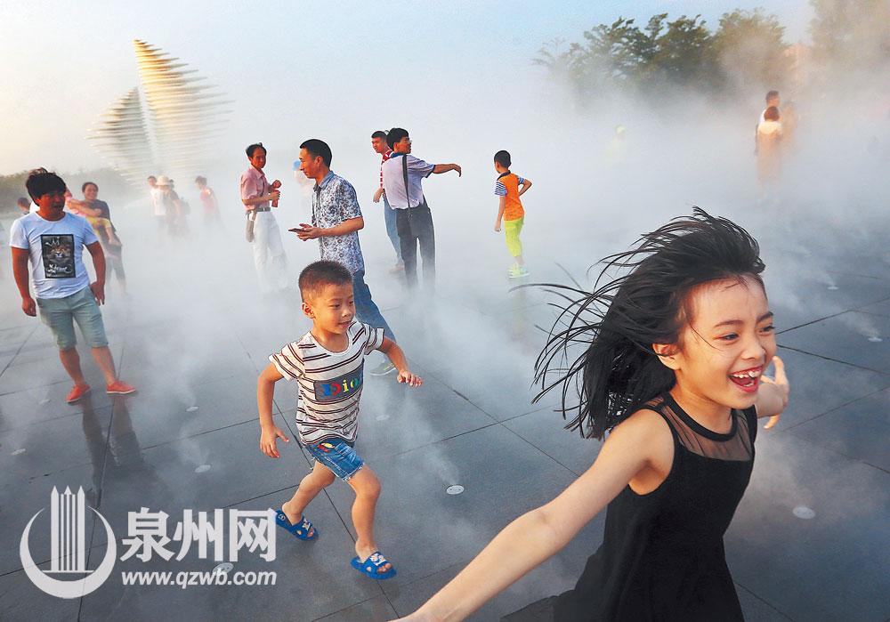 2017年10月2日,海上丝绸之路艺术公园·亚洲园里,游客享受喷雾清凉。(陈起拓 摄)