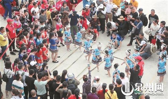 村民身穿畲族传统服饰跳起《竹竿舞》,吸引了许多游客