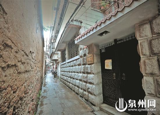 施宅位于奎章巷西段,长长的巷子并不宽,路口拐角处就是施宅大门。