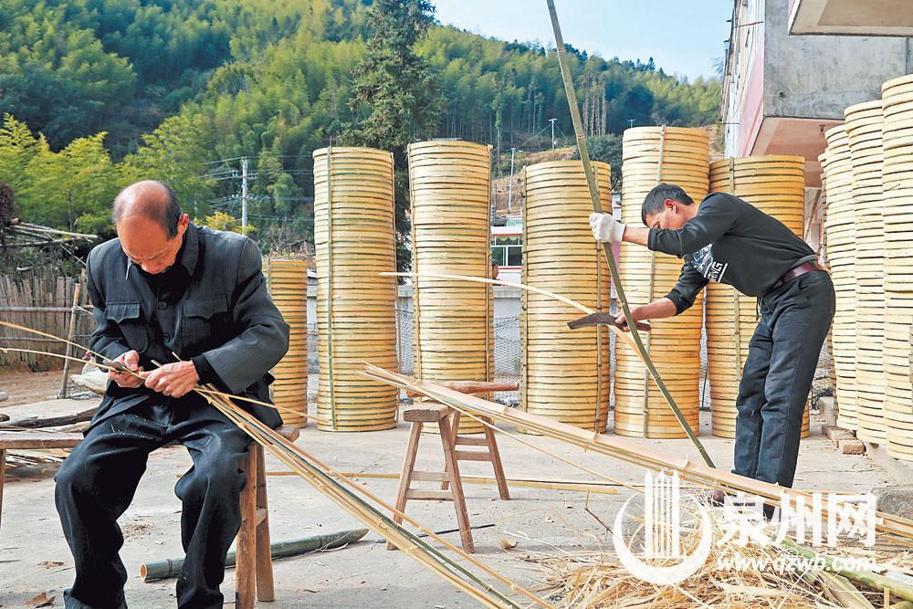 随着人们对生活品质期望值的提升,竹编这种健康器具正迎来销售春天。在锦山村,外销的竹器堆积如山,等待进货商驱车来运。