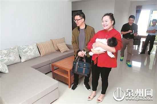 来自泉州市高甲戏传承中心的林凤锦夫妻带着三个多月大的女儿现场选房。(记者吴嘉晓/摄)