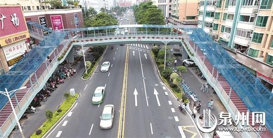 宝洲街万达人行天桥立体绿化、全程遮雨。