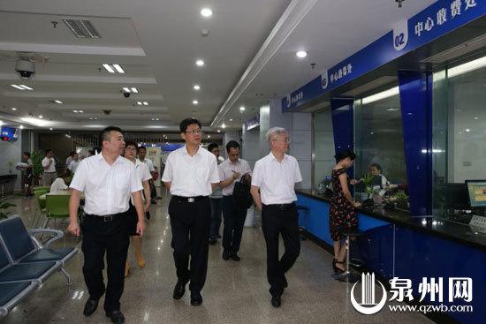 市委书记康涛一行到市行政服务中心调研。(陈英杰摄影)