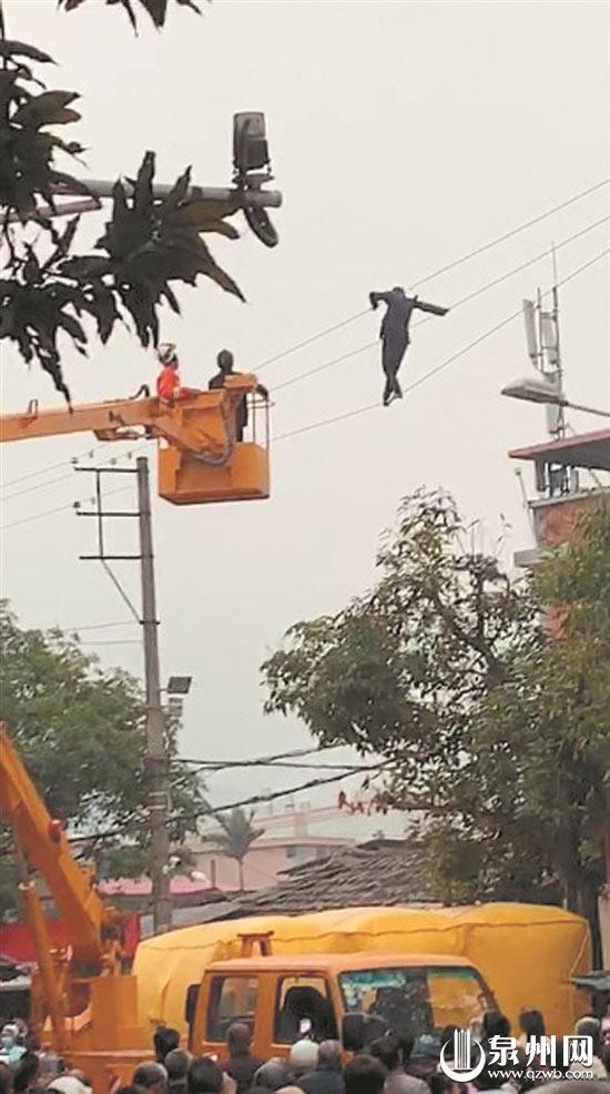 事发安溪城厢,所幸电力公司及时断电,消防人员将其救下